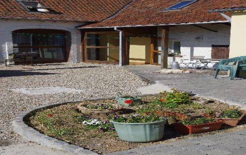Location de vacances - Gîte à Maintenay - Cour avec parking fermé