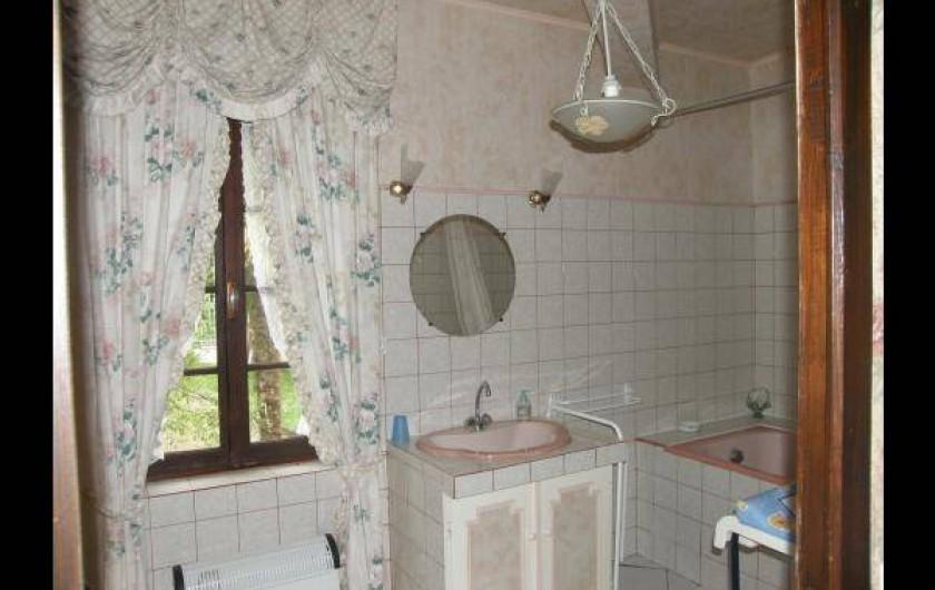 Location de vacances - Gîte à Castelnau-sur-Gupie - salle de bain à l'étage avec coin wc