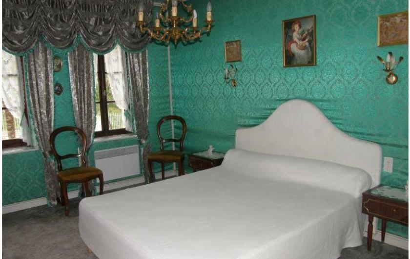 Location de vacances - Gîte à Castelnau-sur-Gupie - à l'étage, une chambre avec un lit en 160 cm et un lit bb
