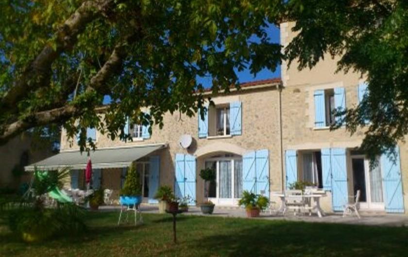 Location de vacances - Gîte à Castelnau-sur-Gupie - la partie gîte à gauche avec le store