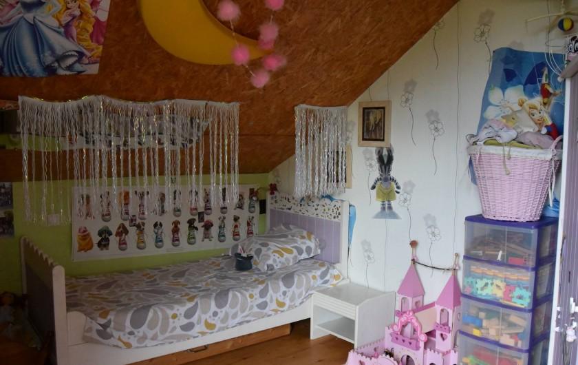 Location de vacances - Villa à Les Vabres - Une chambre avec lit simple et de quoi jouer ...