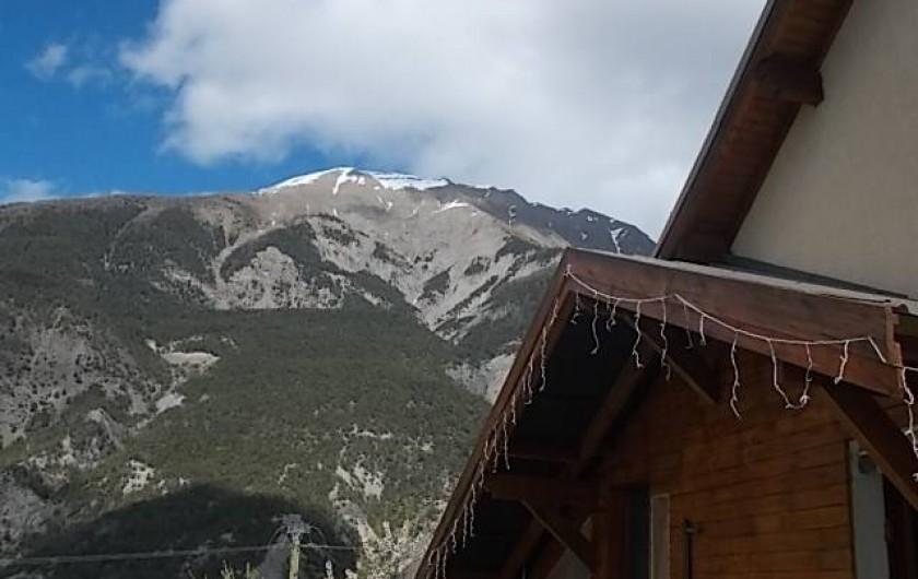 Location de vacances - Villa à Les Vabres - L'une des vues du mont Orel avec un départ de parapentiste , des planeurs ...