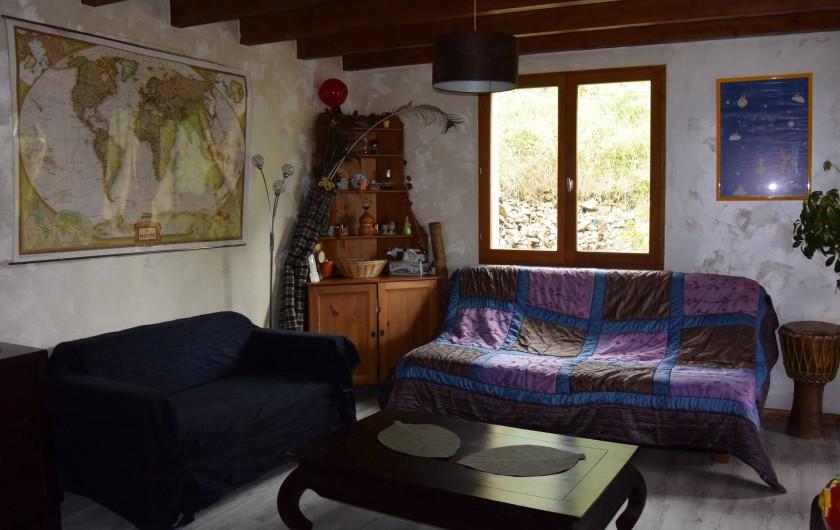 Location de vacances - Villa à Les Vabres - Le salon , une pièce où il fait bon vivre , lire , se reposer , se ressourcer ..