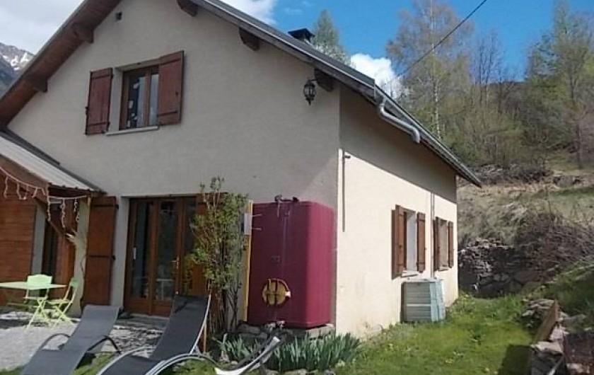 Location de vacances - Villa à Les Vabres - Une partie de la maison visible du jardin ...