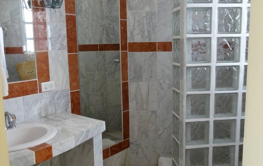 """Location de vacances - Villa à Maho - salle d'eau de la chambre """"Lagon bleu"""""""