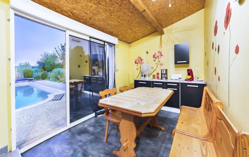 Location de vacances - Gîte à Trausse - Cuisine vue sur piscine