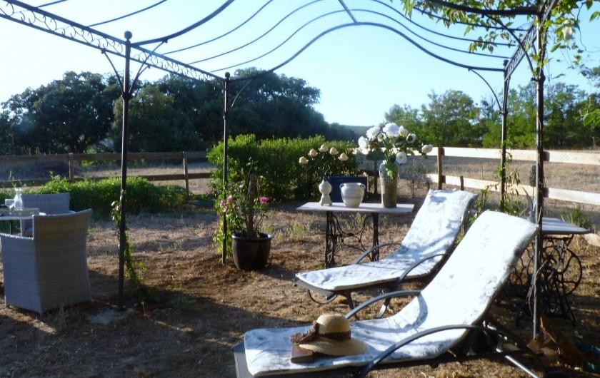Location de vacances - Chambre d'hôtes à Brue-Auriac - Côté chambre d'hôtes au soleil couchant