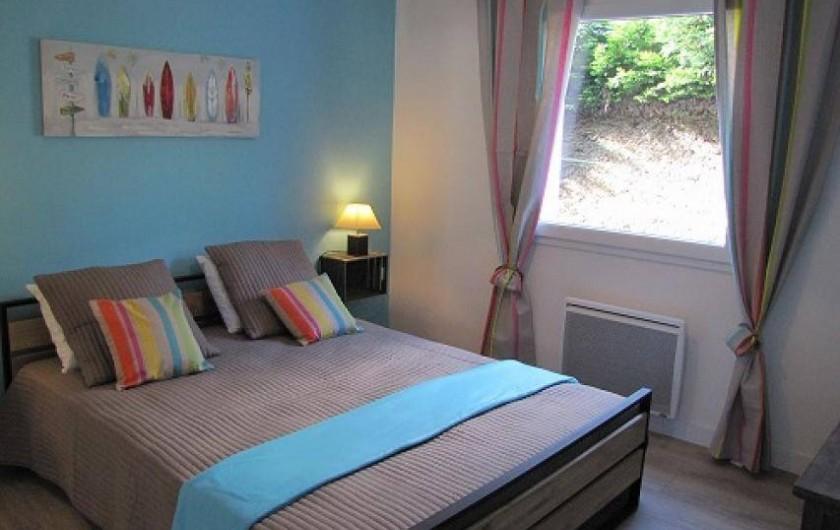 Location de vacances - Villa à Plouhinec - Chambre bleue avec lit en 160  en rdc.