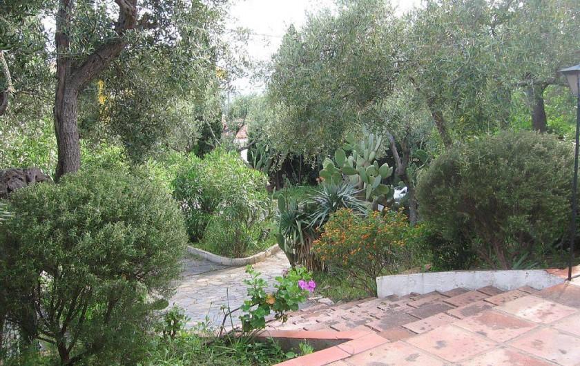 Location de vacances - Villa à Roses - quelques marches d'accès du jardin vers la terrasse