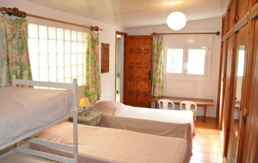 Location de vacances - Villa à Roses - Vue du dortoir par accès cuisine 4 couchages, sdb au fond +accès  extérieur