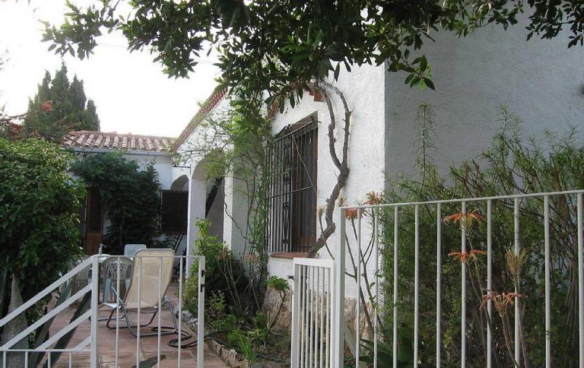 Location de vacances - Villa à Roses - De la piscine vue de la terrasse principale. A gauche salon