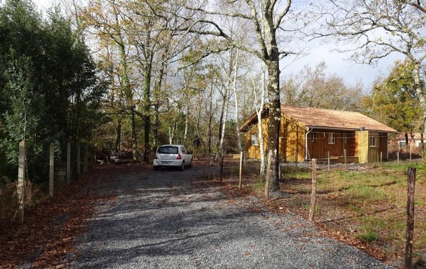 Location de vacances - Maison - Villa à Naujac-sur-Mer - vue sur le chemin avec le parking au fond