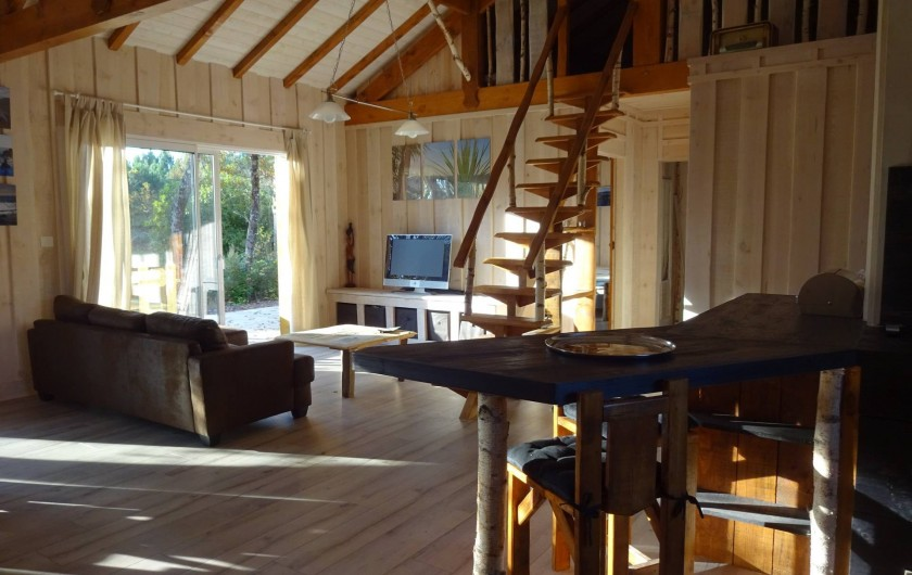 Location de vacances - Maison - Villa à Naujac-sur-Mer - salon et accès à la chambre mezzanine par l'escalier