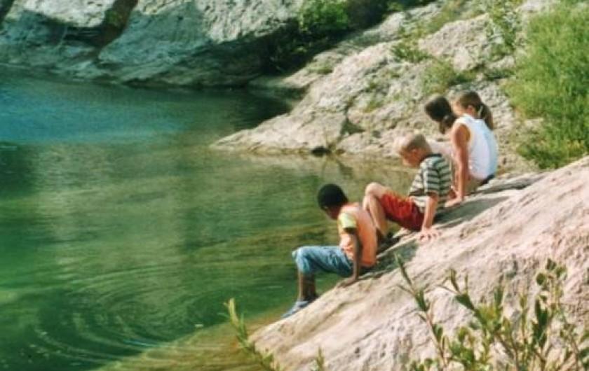 Location de vacances - Gîte à Cucugnan - baignade dans une rivière proche