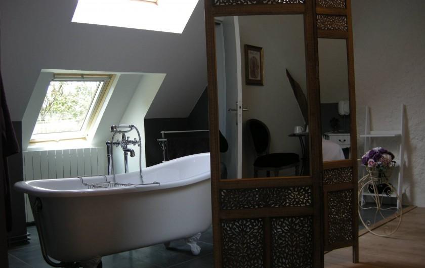 Location de vacances - Chambre d'hôtes à Messas - LE CLOS DE LA VIGNERONNE/ SDB OUVERTE_BAIGNOIRE ILOT_CHAMBRE REINE BLANCHE
