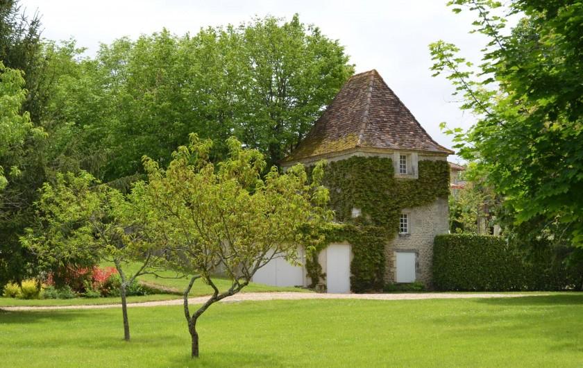 Location de vacances - Gîte à Douchapt - Pigeonnier vue du jardin