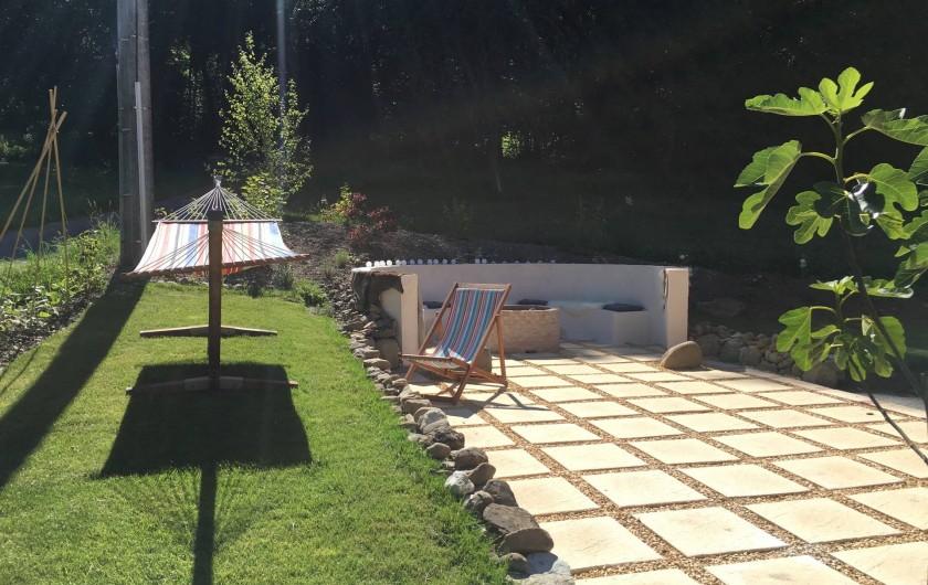 Location de vacances - Chalet à Samoëns - Jardin, avec place de feu