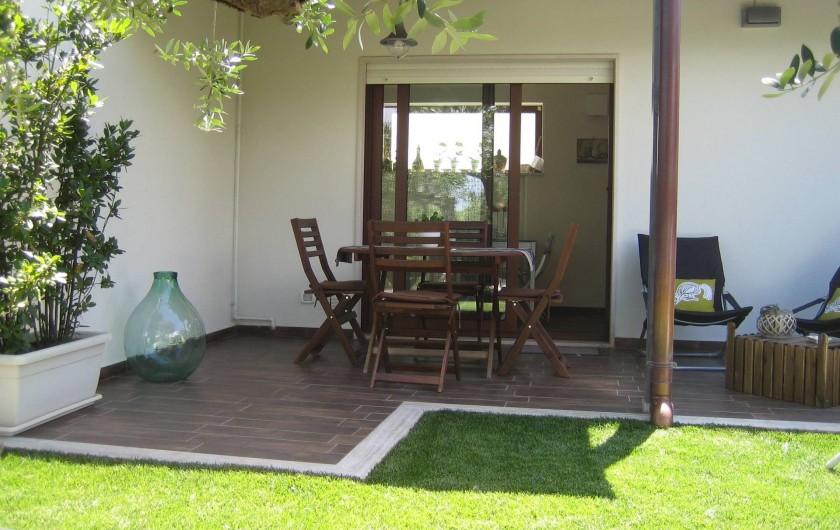 Location de vacances - Maison - Villa à Alberobello - Terrasse et porte fenetre de la cuisine