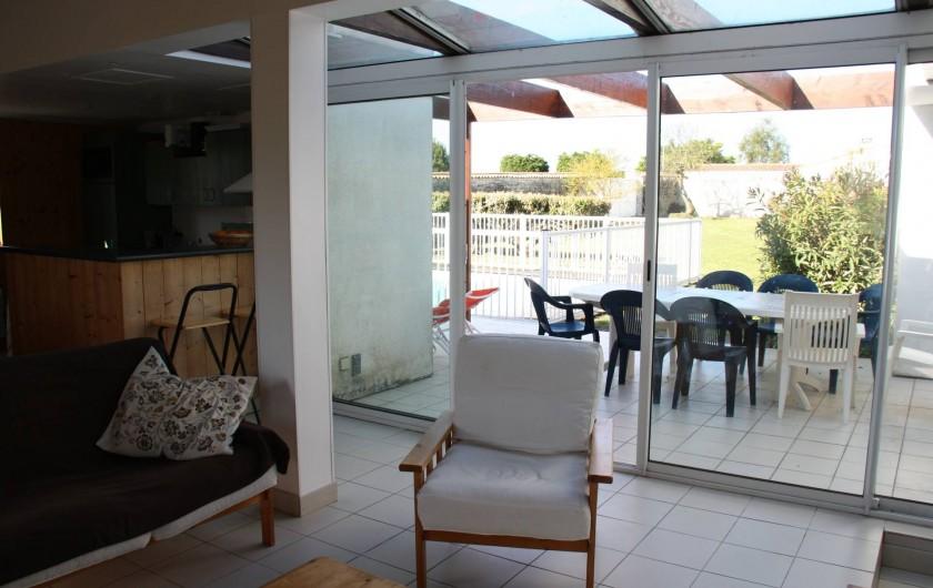 Location de vacances - Maison - Villa à Sainte-Marie-de-Ré - Séjour donnant sur la terrasse