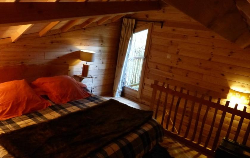 Location de vacances - Cabane dans les arbres à Sainte-Pazanne - Le couchage lit double de la cabane du trappeur