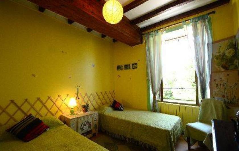Location de vacances - Gîte à Quettehou - chambre jaune donnant sur la verdure.