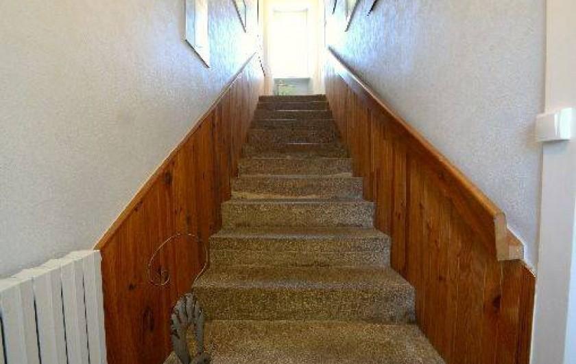 Location de vacances - Gîte à Quettehou - escalier en granit menant à l'étage.