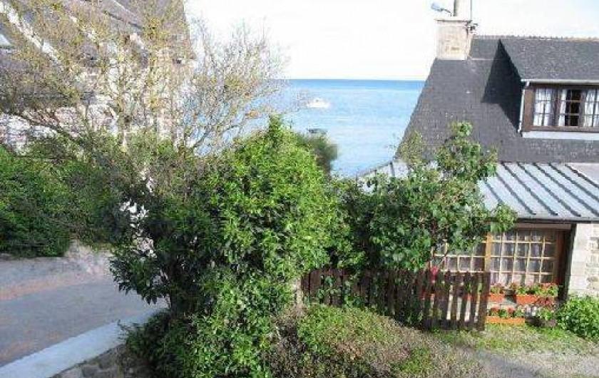 Location de vacances - Gîte à Quettehou - vue sur la mer depuis la chambre rose