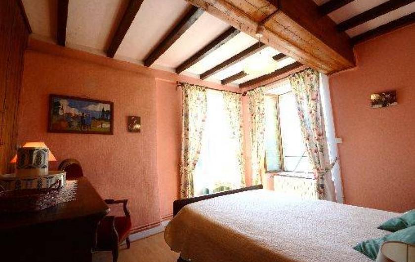 Location de vacances - Gîte à Quettehou - chambre rose donnant sur la mer.