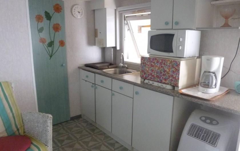 Location de vacances - Bungalow - Mobilhome à Hyères - cuisine dans salon sert surtout pour point d eau car cuisine sur terrasse