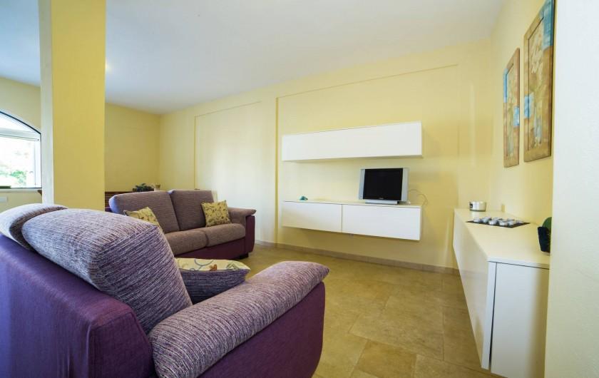 Location de vacances - Appartement à Pescoluse - Profitez-vous de la large  salle pour se détendre et regarder la télé