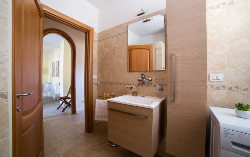 Location de vacances - Appartement à Pescoluse - Il y a: cuvette, bidet, douche et machine à laver.