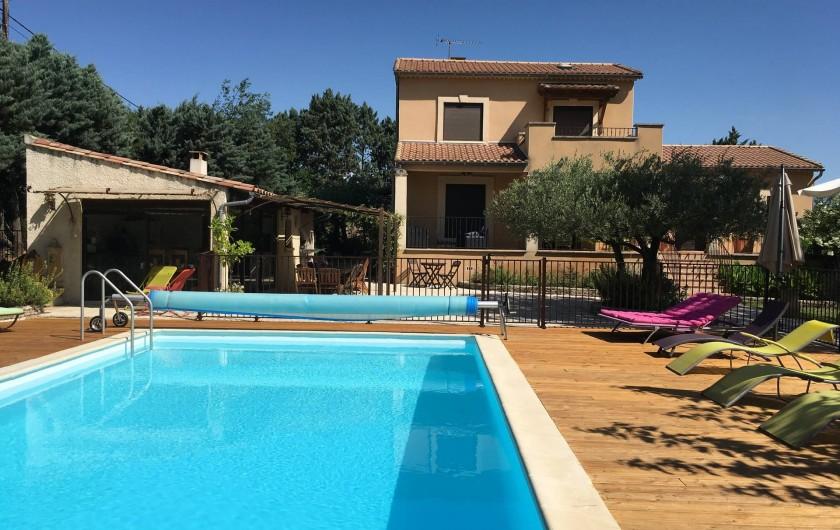 Location de vacances - Villa à Vézénobres - panoramique villa, pool house, piscine avec sa plage bois