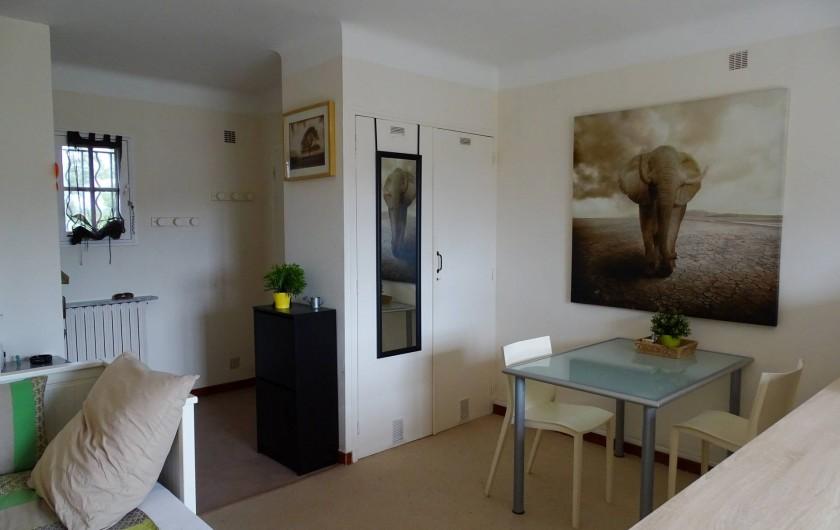 Location de vacances - Studio à Le Pradet - espace repas et entrée