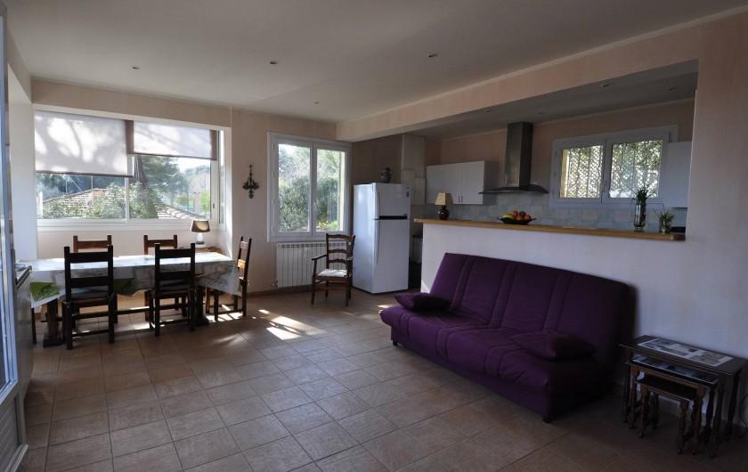 Location de vacances - Villa à Tamaris - Ensemble Séjour coin repas et cuisine exposition sud et ouest