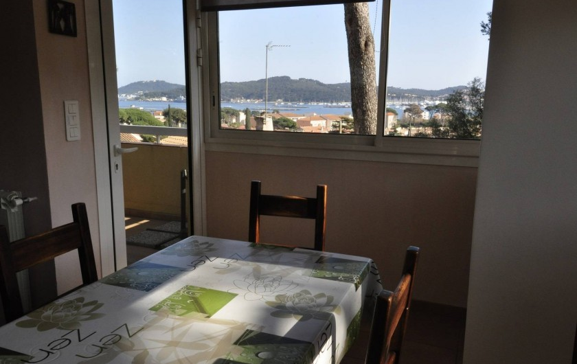 Location de vacances - Villa à Tamaris - Côté repas avec vue sur mer