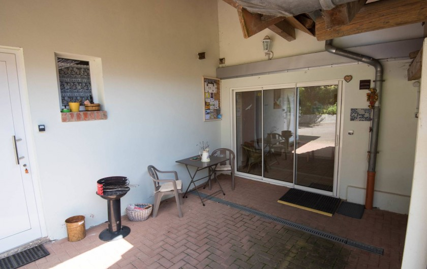 Location de vacances - Appartement à Oberrœdern - L'entrée du gîte par une porte vitrée. Le barbecue