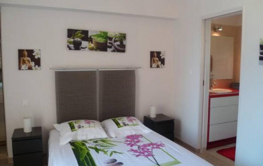 Location de vacances - Gîte à L'Isle-sur-la-Sorgue - chambre (porte ouverte sur salle de douche)