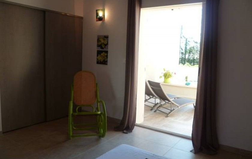 Location de vacances - Gîte à L'Isle-sur-la-Sorgue - chambre porte ouverte sur sa terrasse