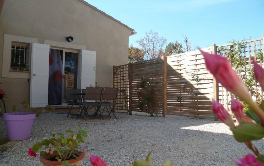 Location de vacances - Gîte à L'Isle-sur-la-Sorgue - votre terrasse côté salon et cuisine (depuis la végétation a bien poussé !)