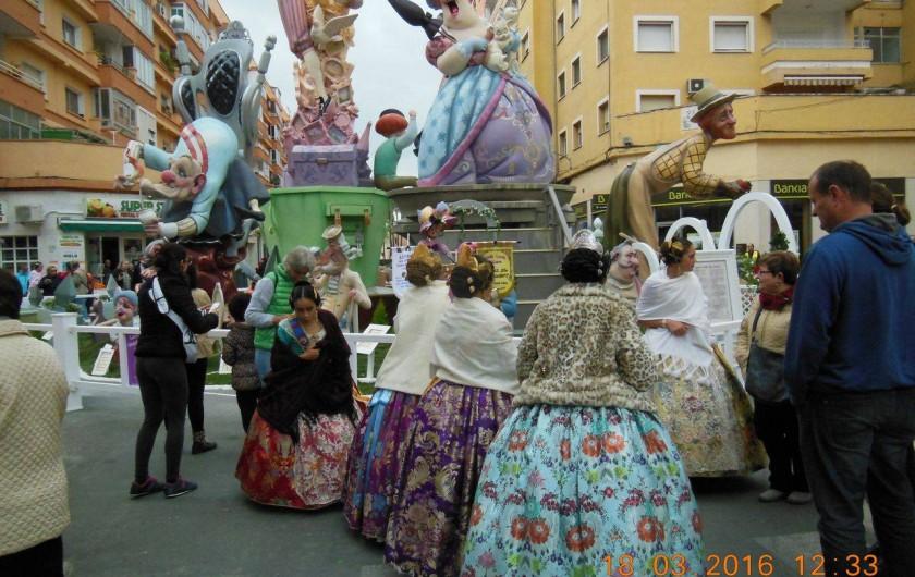 Location de vacances - Appartement à Dénia - Les Fallas  les femmes ont revêtues leurs superbes robes