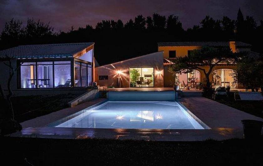 Location de vacances - Roulotte à Pernes-les-Fontaines - Vue de nuit : piscine, maison des propriétaires, espace détente à gauche