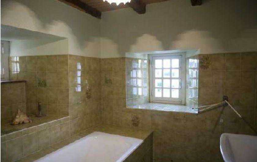 Location de vacances - Gîte à Loc-Eguiner-Saint-Thégonnec - salle de bains à l'étage
