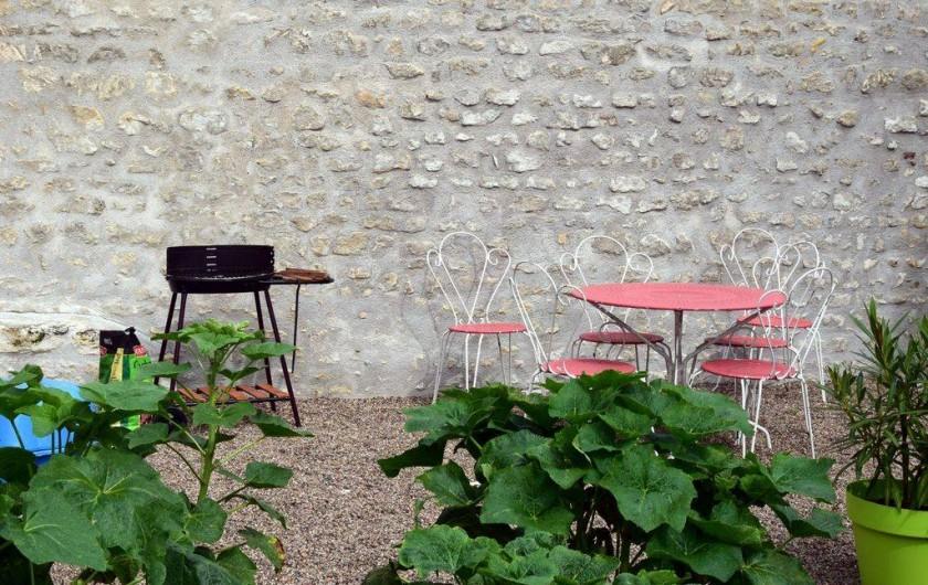 Location de vacances - Appartement à Pouilly-sur-Loire - Terrasse avec barbecue et parasol