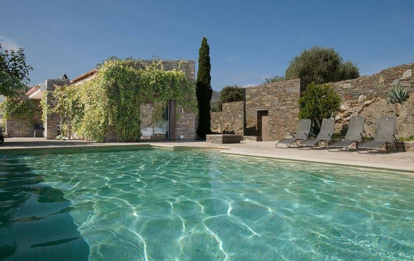 Belle demeure avec vue panoramique sur la baie de cadaques for Cadaques location maison piscine