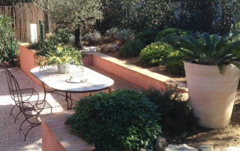 Location de vacances - Appartement à Gassin - Jardin privatif avec mobilier en fer forgé ... table, banc, chaises ...