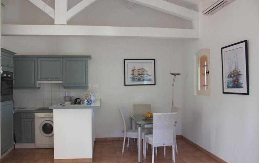 Location de vacances - Appartement à Gassin - Espace repas : table design en verre  ... cuisine américaine ...
