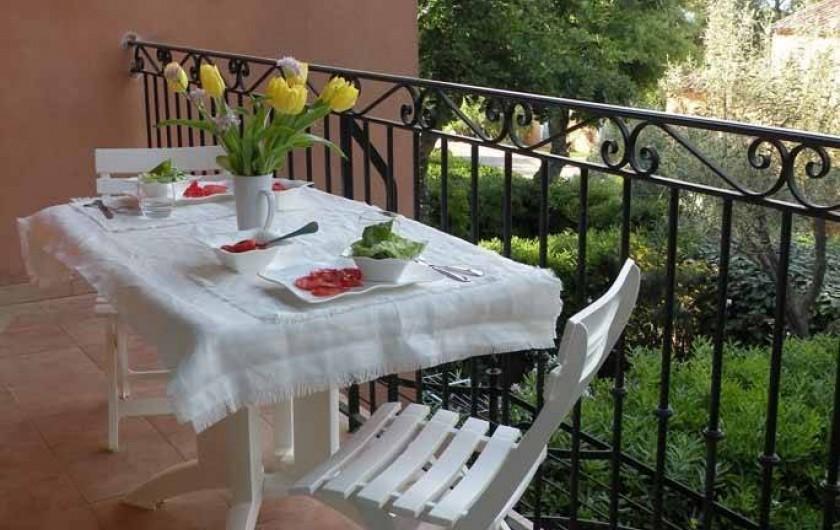 Location de vacances - Appartement à Gassin - Balcon avec mobilier de jardin ...