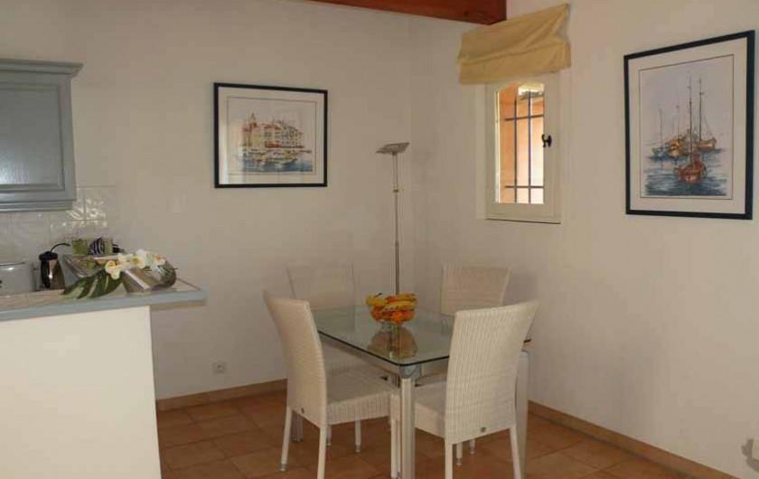 Location de vacances - Appartement à Gassin - Espace repas ... cuisine américaine ...
