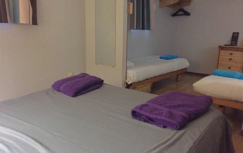 Location de vacances - Hôtel - Auberge à Villeneuve-lès-Béziers - Chambre 4 Personnes 1 lit double + 2  lits simple