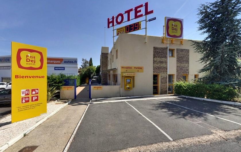 Location de vacances - Hôtel - Auberge à Villeneuve-lès-Béziers - Parking minute + facade Hotel